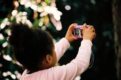 Budding artist (Jrmy C. (Kodje)) Tags: film girl silver de kodak iso400 young jardin f1 du des 400 l mm portra f4 80200 youngartist plantesjardin singemonkeyorangoutangorang utanzooparc zoologiquemnagerie plantespariscanonf1canon oldfd2035mmf35lfd
