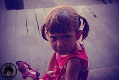 Enfado (lunagris_fotografa) Tags: nios nia triste pequea enfado