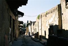 152 Het verschil met Pompeji, riool onder de straat (rspeur) Tags: italy itali ercolano herculaneum