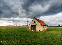 The old barn | De oude schuur langs de Betuwelijn (nldazuu.com) Tags: clouds barn wolken railway rails mooi lucht trein weiland spoor landschap gelderland schuur rivier sluitertijd a15 betuweroute betuwelijn 10stop overbetuwe 6stop davezuuring rheetsestraat mooioverbetuwe nldazuufotografeertcom leelittlestopper 845mmfilter nldazuucom xstopper100mmultimateline elektricitieitmast