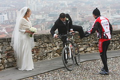 fuga dalla vittoria (ANbepLO) Tags: wedding people canon eos italia lombardia matrimonio nord sposa bicicletta nozze fuga sposo ciclisti bergamoalta 1000v40f beautifulexpression 40d thebestofday gnneniyisi