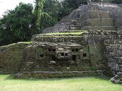 """Lamanai: une des deux têtes de jaguar (Temple du Jaguar) <a style=""""margin-left:10px; font-size:0.8em;"""" href=""""http://www.flickr.com/photos/127723101@N04/25476185143/"""" target=""""_blank"""">@flickr</a>"""
