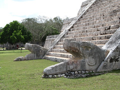 "Chichen Itza: el Castillo et ses 2 serpents à plumes <a style=""margin-left:10px; font-size:0.8em;"" href=""http://www.flickr.com/photos/127723101@N04/25958534815/"" target=""_blank"">@flickr</a>"