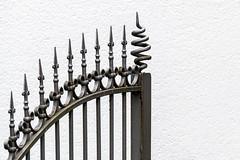Spitzbogen   [Explored] (fotomanni.de) Tags: fence tor zaun schmiedeeisen
