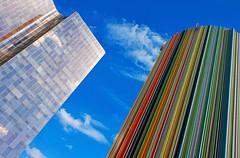 La Moretti et l'immeuble. La Dfense, Paris (jjcordier) Tags: architecture couleur immeuble arcenciel dfense quartier puteaux affaires cheminemoretti