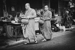 Monks Bangkok (siebe ) Tags: road street morning blackandwhite monochrome thailand photography bangkok streetphotography monk monks thai alms 2016      siebebaardafotografie