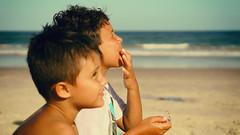 Connections... (ricdovalle) Tags: friends amigos praia beach meninos kids children 50mm friendship sony amizade alpha crianas a6000 sel50f18 ilce6000