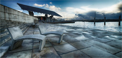 Un pequeno descanso (candi...) Tags: barcelona puerto mar arquitectura agua panel forum cielo nubes asientos pilares sonya77