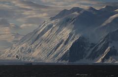 Die steil aufragenden Admiralty-Berge am Cape Hallett gaben eine spektakulaere Kulisse fuer die marine Probennahmen ab
