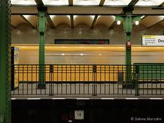 Unterwegs im Untergrund (Sockenhummel) Tags: berlin station train underground fuji tube zug bahnhof finepix ubahn fujifilm x20 tunnelführung bewegungsbilder fujix20 ubhfdeutscheoper
