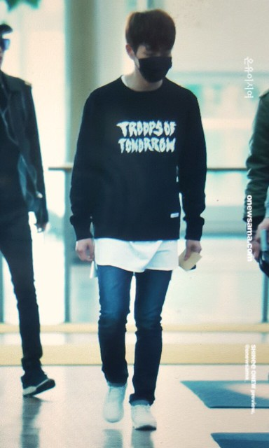 160328 Onew @ Aeropuerto de Incheon {Rumbo a China} 26014383321_5acc36fd1b_z