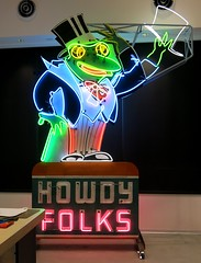 Animated Froggy at the Museum of Neon Art (MONA) in Glendale, CA (hmdavid) Tags: california green sign museum vintage design neon glendale market mona frog animated bakersfield midcentury museumofneonart