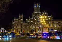 Cae la noche sobre Madrid... (Leo ) Tags: madrid luces noche nocturna urbana coches ayuntamiento palaciodecomunicaciones puertadealcal vehculos