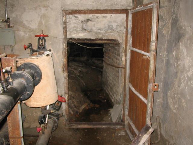 обычная железная дверь в подвал