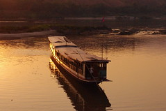 Sunset, Boat, Huai Xay, Lao, Laos (ARNAUD_Z_VOYAGE) Tags: street city building art beach nature architecture landscape asia state action country capital southern portion southeast laos peninsula region rpublique department lao indochina municipality populaire dmocratique