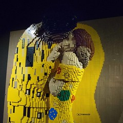 [The art of the Brick, sculture LEGO di Nathan Saways a  Roma]~ *{Oggi lasciate che sia felice, io e basta, con o senza tutti, essere felice con lerba e la sabbia essere felice con laria e la terra, essere felice con te, con la tua bocca, essere felice. (maresaDOs) Tags: mostra sculpture roma brick art statue toy artwork kiss italia arte lego surreal klimt plastic bacio the the artecontemporanea of mattoncini nathansawaya theartofthebrick nathan brick sawaya