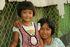 cute sisters (the foreign photographer - ) Tags: cute sisters portraits canon children thailand kiss bangkok khlong bangkhen thanon 400d