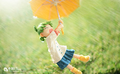Yotsuba&! Yotsuba (Thai Toy Photographer) Tags: lighting anime tree grass rain japan umbrella toys model outdoor cartoon manga skirt trading figure figurine figures typhoon yotsuba toyphotography toysworks completefigure