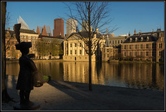 Jantje, the count's son (Ciao Anita!) Tags: sunset reflection tower netherlands statue museum pond zonsondergang tramonto torre toren song nederland denhaag museo reflexions statua thehague olanda standbeeld hofvijver vijver riflesso mauritshuis binnenhof zuidholland weerspiegeling laja stagno avondopname liedje canzone theperfectphotographer hettorentje hoogslapers