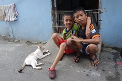 boys with their cat (the foreign photographer - ) Tags: two boys cat portraits thailand bangkok sony pals doorway khlong bangkhen thanon rx100 dscapr172016sony