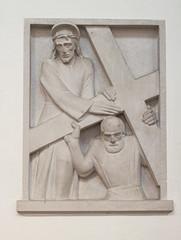 Simon von Cyrene hilft Jesus das Kreuz tragen (wpt1967) Tags: church kirche christus kirke kreuzweg canon50mm station5 odenthal altenbergerdom eos60d wpt1967