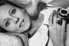 Das Model und ihre Kamera (Photo-Passion.net) Tags: portrait model portrt frau schwarzweiss kamera mensch