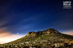 A merced de los depredadores (Andres Breijo http://andresbreijo.com) Tags: sky mountain night stars noche sierra peligro cielo estrellas nocturna depredadores