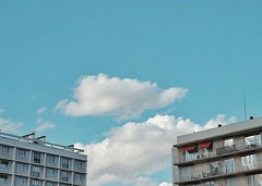 Derrire la brique, le nuage #nuage... (foenixisonfire) Tags: blue sky cloud building cloudy sunny bleu ciel imagination nuage blanc espoir fuite imaginaire behindthewall behindtheclouds behindthesky uploaded:by=flickstagram instagram:venuename=pontdesc3a8vres instagram:venue=223959147 instagram:photo=12281483293553092393020213483