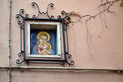 Dio d'altronde  in ogni luogo, anche il pi umile (Maurizio Belisario) Tags: muro wall paint madonna jesus quadro lord marta vicolo paese lagodibolsena motherofjesus gesgesbambino
