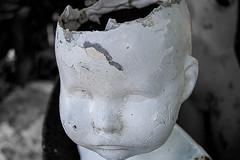 Somewhere In My Head There Is A Little Crack (F051) Tags: white blanco broken kids dark rust statues nios oxido creepy estatuas without scars roto raro oscuro extrao nobrain cicatrices emptybrain sincerebro dollsmuecos cerebrovacio