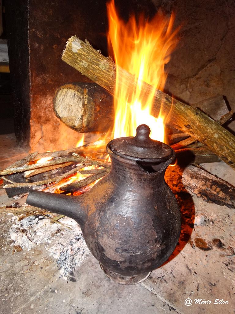 Águas Frias (Chaves) - ... a chocolateira ao lume ...
