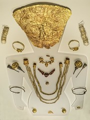 Grave goods of the Lady of Sindos a 6th century BCE Macedonian woman of the Archaic Period (mharrsch) Tags: woman chicago field museum female greek gold necklace illinois ancient brooch jewelry exhibit 6thcenturybce burial thessaloniki earrings deathmask funerary the aristocrat macedon noblewoman gravegoods thegreeks mharrsch thegreeksagamemnontoalexanderthegreat ladyofsindos