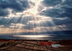 Rayitos (Don César) Tags: sky clouds redsea egypt himmel stormy jordan cielo nubes egipto aqaba sunbeams marrojo tormentoso