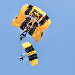 Golden Performance (4myrrh1) Tags: usa canon army virginia military airshow va hampton airforce langley parachute afb 2016 goldenknights ef100400l 7dii