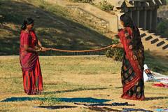 Happy Washday (preze) Tags: people india wet drops women asia asien outdoor menschen clothes karnataka sari washing indien wsche hampi tropfen southindia frauen kleider waschen nass waschtag washday washingday wring wringen sdindien inderinnen canoneosm3 efm55200 auswringen