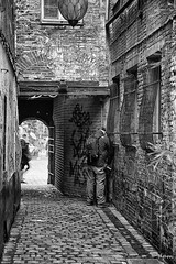 pipi (noenkelMi) Tags: street brussels blackandwhite bw man monochrome architecture canon blackwhite alley noiretblanc zwartwit brussel pipi steegje noirblanc straat zw canon 60d