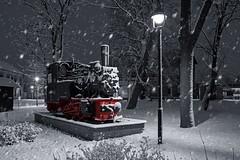 KJI Nr. 23 (uwe.winter) Tags: schnee winter snow station night train germany deutschland blackwhite nikon memorial nightshot nacht bahnhof locomotive schwarzweiss tamron nachtaufnahme dampflok denkmal kleinbahn saxonyanhalt sachsenanhalt gommern 1750mm jerichowerland d7200