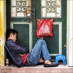 Have a break (Heinrich Plum) Tags: door man break fuji sleep vietnam mde mann pause schlafen schlaf sleeeping tiredman haustr mdigkeit xe2 heinrichplum xf1855mm mdermann