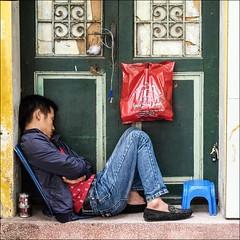 Have a break (Heinrich Plum) Tags: door man break fuji sleep vietnam müde mann pause schlafen schlaf sleeeping tiredman haustür müdigkeit xe2 heinrichplum xf1855mm müdermann