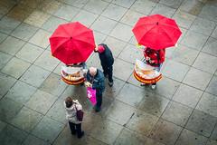 paraiges i wursts (_perSona_) Tags: street berlin umbrella germany deutschland vendedor calle sausage alemania wurst paraguas carrer ambulante salchicha alemanya paraigua salsitxa ambulant venedor grillrunner