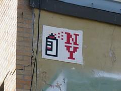 Space Invader NY_186 (tofz4u) Tags: nyc red usa white streetart ny newyork tile rouge mosaic unitedstatesofamerica spaceinvader spaceinvaders can spray invader blanc mosaque artderue tatsunis ny186