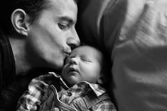 17012016-IMG_7894-2 (EugnieLcq) Tags: canon parents noiretblanc father parent amour bisou lumiere enfant naissance noirblanc pre enfance clin bisous prefils canoneos1100d