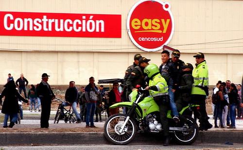 Decenas de personas fueron detenidas y conducidas a camiones en motocicletas por la Policía