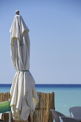 L'ombrellone chiuso (zulivio) Tags: mare ombrellone