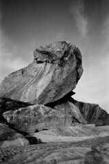 Pedra da R (trabancos) Tags: bw byn film analog 35mm canon eos bn galicia galiza rodinal ribeira agfarodinal barbanza 1n developer:brand=agfa developer:name=agfarodinal protopan filmdev:recipe=10602