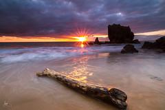 eguzki izpiak (Iurgi.) Tags: sunset red sun seascape madera rocks playa rocas cantabria acantilados noja