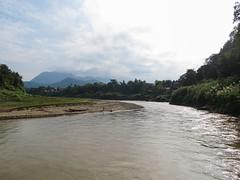 """Luang Prabang: la rivière Nam Khan <a style=""""margin-left:10px; font-size:0.8em;"""" href=""""http://www.flickr.com/photos/127723101@N04/23588895669/"""" target=""""_blank"""">@flickr</a>"""