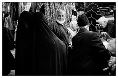 The Happy Patriarch (Tom Levold (www.levold.de/photosphere)) Tags: street family bw man shop women fuji iran familie sw mann bazaar cloth esfahan geschäft basar isfahan frauen stoffe xt1 fujixt1