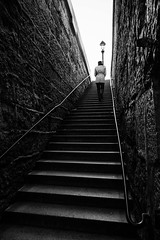 Monte des marches du Pont Neuf (Thus0 Petrus) Tags: blackandwhite paris france monochrome stair noiretblanc fr escalier