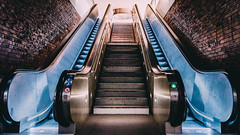 Escaliers (Sandra Julie Photo) Tags: architecture vintage nikon lumière escalator ladefense escalators mur defense ville métal lumières ladéfense défense urbain banlieue escaliers d610 2485mm 2485 quartierdaffaires escaliersmécaniques nikond610